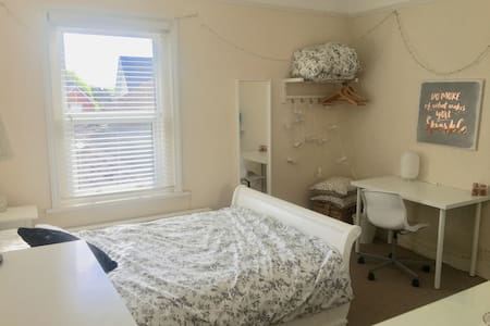 Spacious double room with en-suite close to WMA.