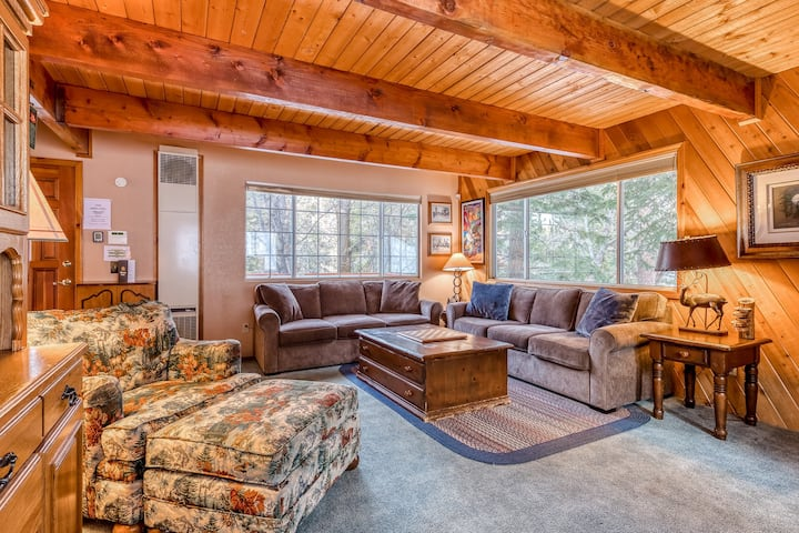 Classic family cabin near Bear Mountain Resort's slopes and golf course