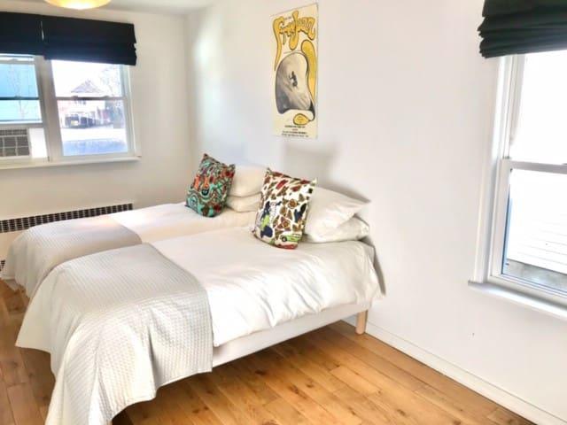 2nd bedroom (2 twins)