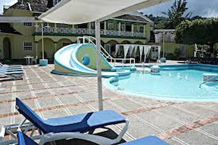 Beachfront Penthouse Apartment Sleeps 4 - Ocho Rios - Lejlighed