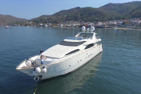 "Mega yate Isla Contadora Charter (100"" Azimut)"
