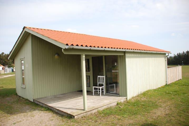 Hytte med 7 sovepladser, bad og toilet, 2 terasser - Hanstholm - Mökki