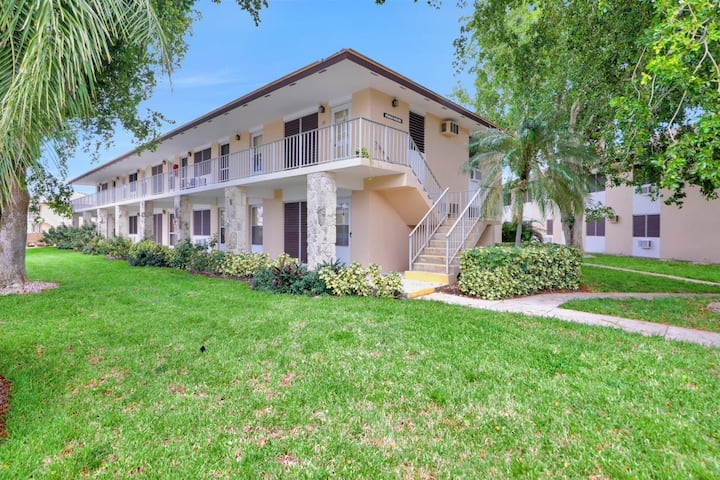 Perfectly located condo, a short walk from beach & restaurants