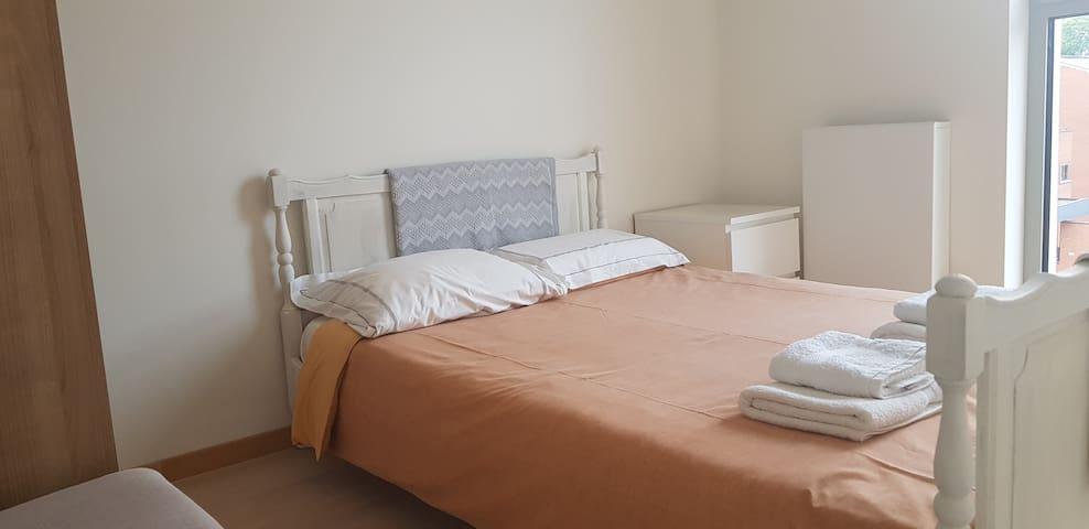 Chambre lit double, appartement bord de Meuse