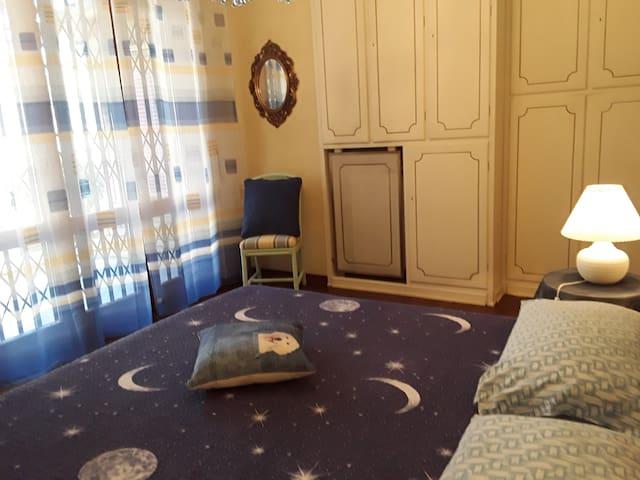 Camera con bagno privato giardino e parcheggio.