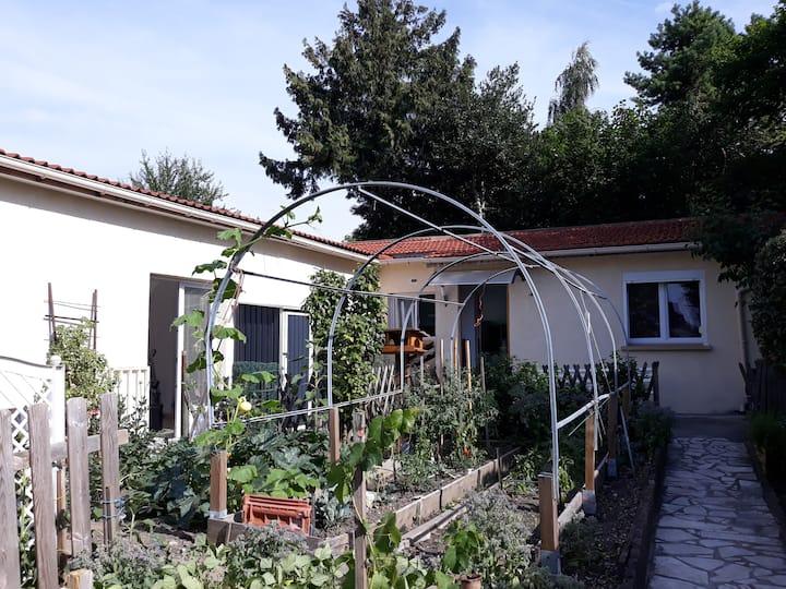 petite maison calme au fond du jardin