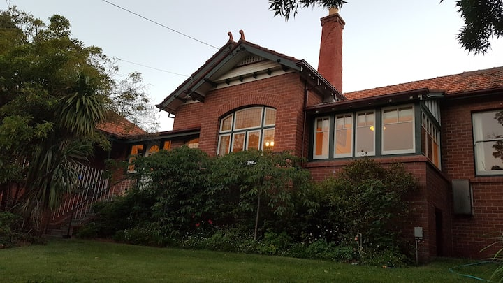Large, private, leafy home - 14 mins to MONA