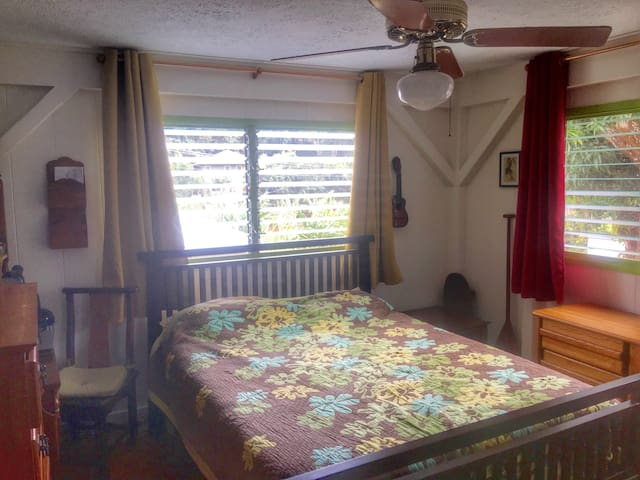 "Private Room ""1"" 1/2 mile from Beach Airport close - Kapaa - Huis"