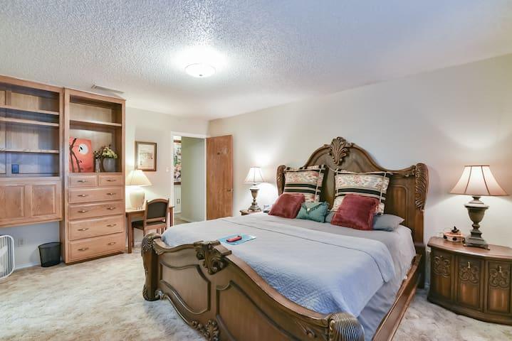Oversized bedroom--kingset furniture+work station/desk
