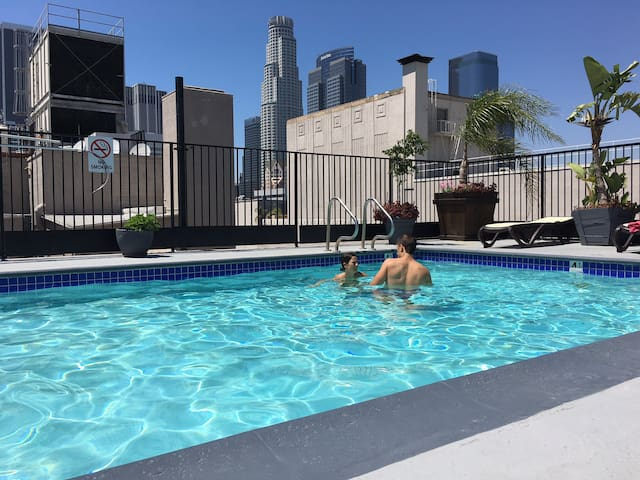 DTLA Entire Place w/Rooftop Gym, Jacuzzi & Pool