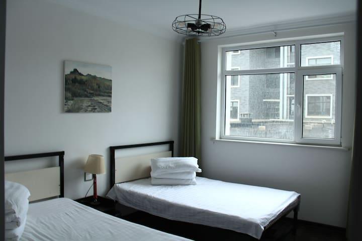 小卧室,两张一米二宽的单人床。