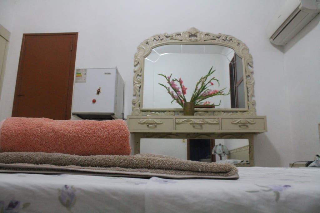 habitación climatizada con muebles antiguos recomendada para enamorados.