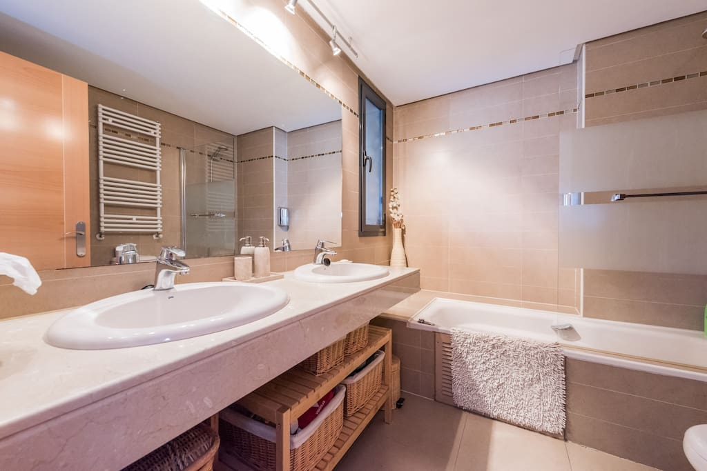 Your comfortable ensuite prívate bathroom, featuring a whirlpool jetted bathtub (160x65) @ Sierra de Madrid