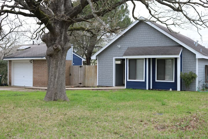 Cozy Charmer close to Kyle Field/A&M campus