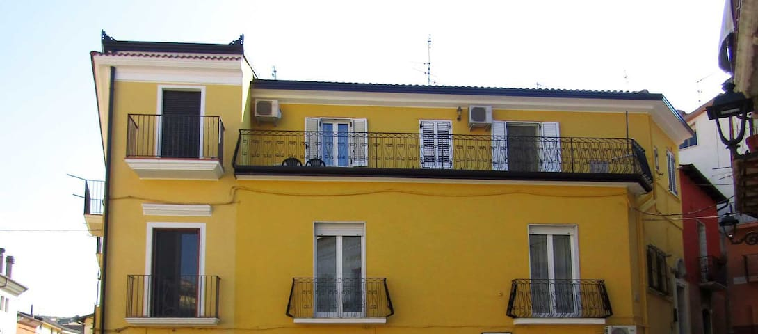 Alloggio confortevole con terrazzo in pieno centro - Barile - Apartemen