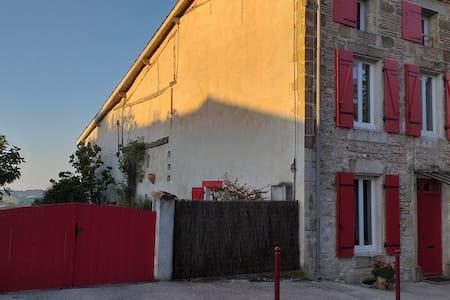 "Maison linda à Grateloup  chambre "" miel"""