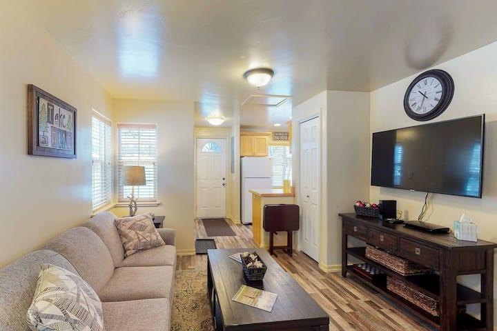 Charming cottage w/deck, yard & firepit- walk to lake & downtown