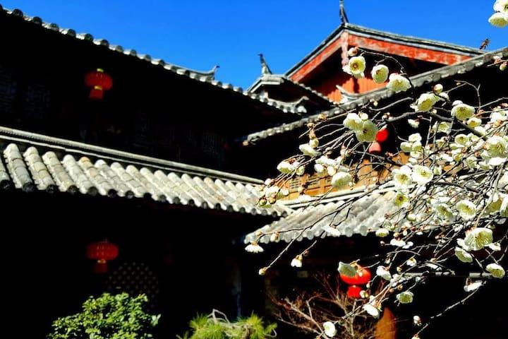 丽江古城中心独立露台豪华套房(2间房)+露台+浴缸+早餐,位于木府正前方