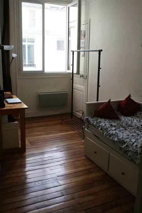 la chambre en location avec lit devant un 2 place.