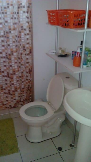 Baño con ducha incluido. Uso privado para el huésped.