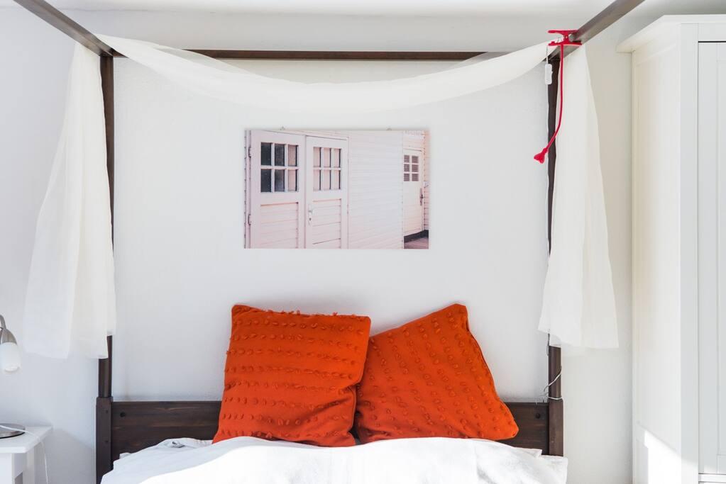 Gemütliches Bett mit weißem Himmel