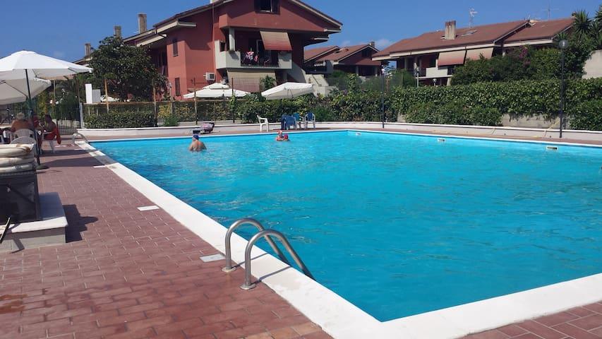 App. in residence con piscina vicino al mare - Marina di Ardea - Lägenhet