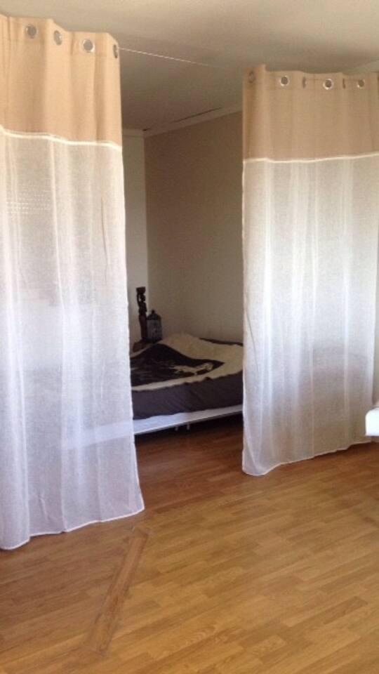 Chambre spacieuse avec coin cuisine, capacité maximale 4 personnes.