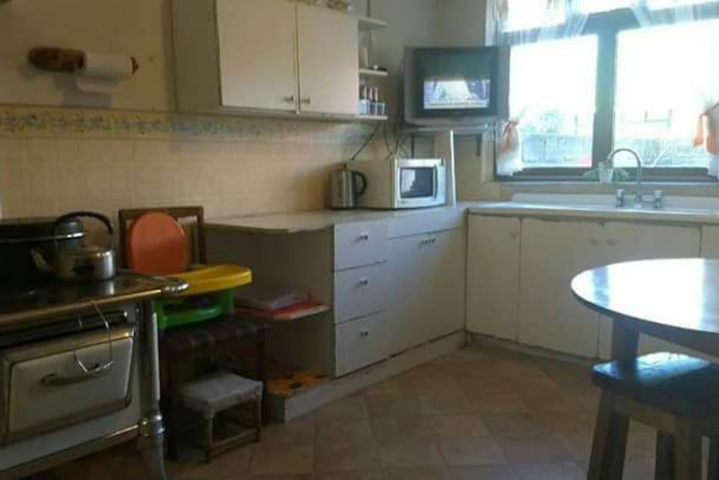cocina magallanica a gas,con microondas,tv con cable,hervidor, equipada,con mesa redonda y sillas