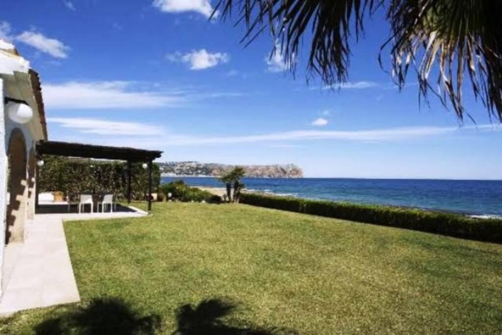 Magnifico jardín con vistas al mar