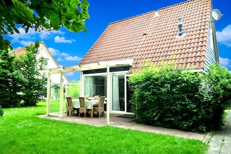 Sleeps 6. Holiday home behind the dyke and sea - Anjum - Bungalou