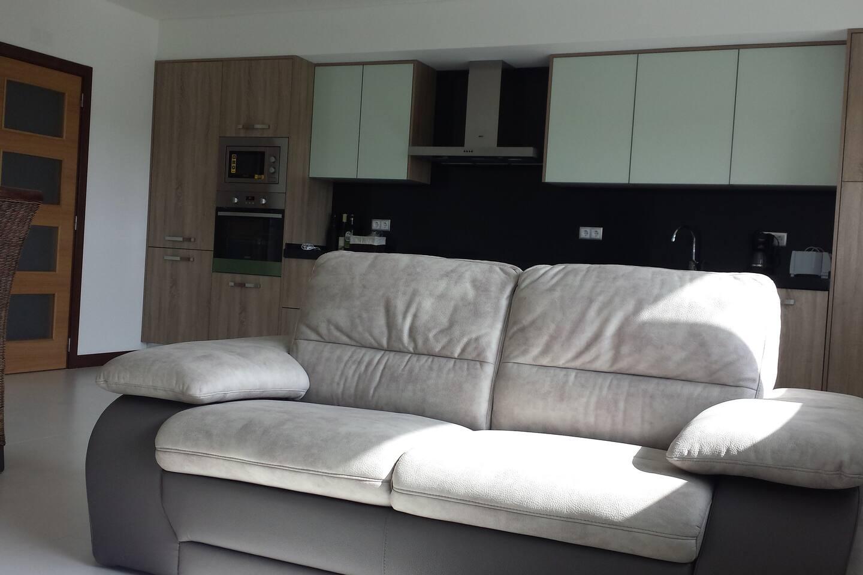 Amplio salón con cocina integrada y cómodo equipamiento