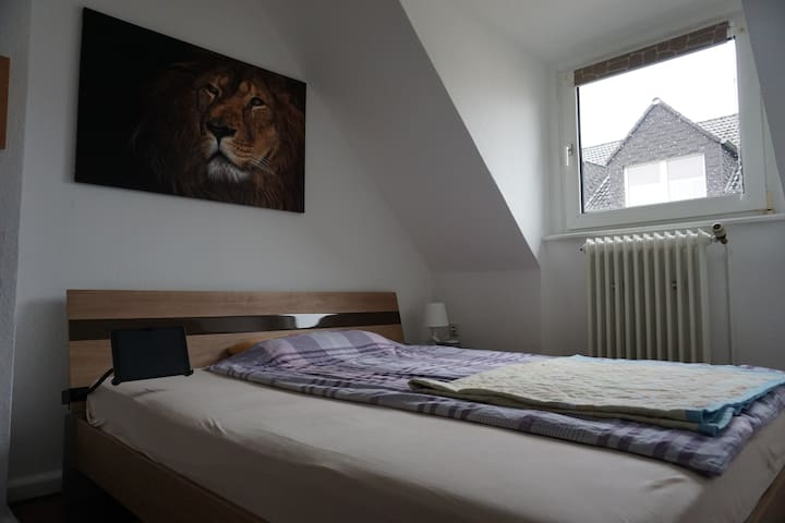 KING BED, Office, 2 rooms, Airport, BVB, Metro! :)