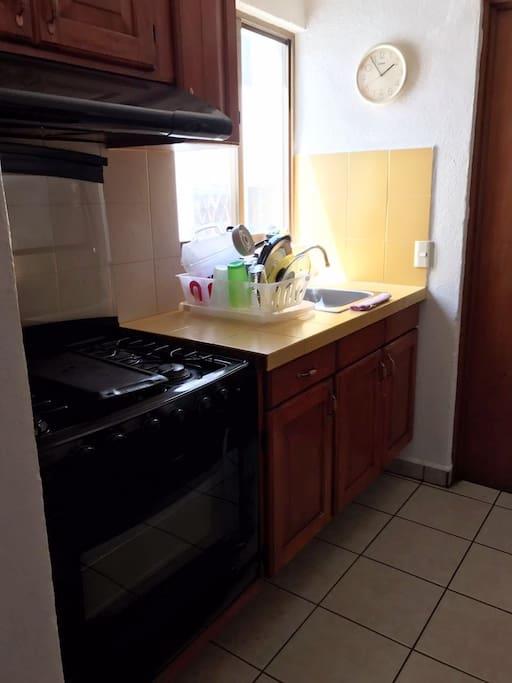 Cocina con Refrigerador y todo lo basico
