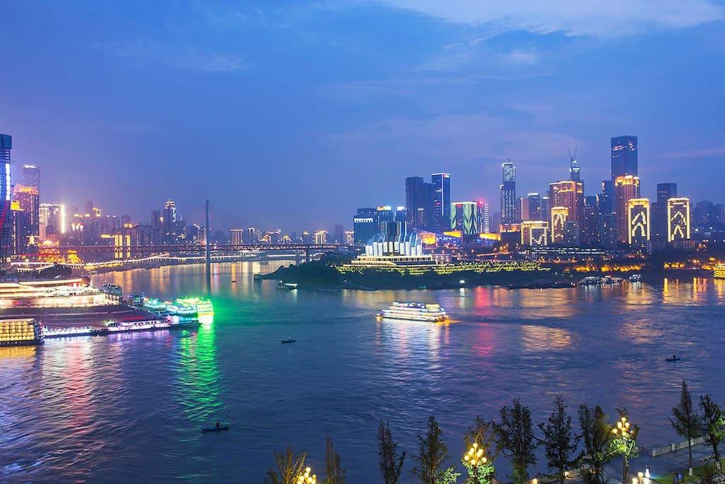 朝天门两江交汇、大剧院的一线滨江夜景