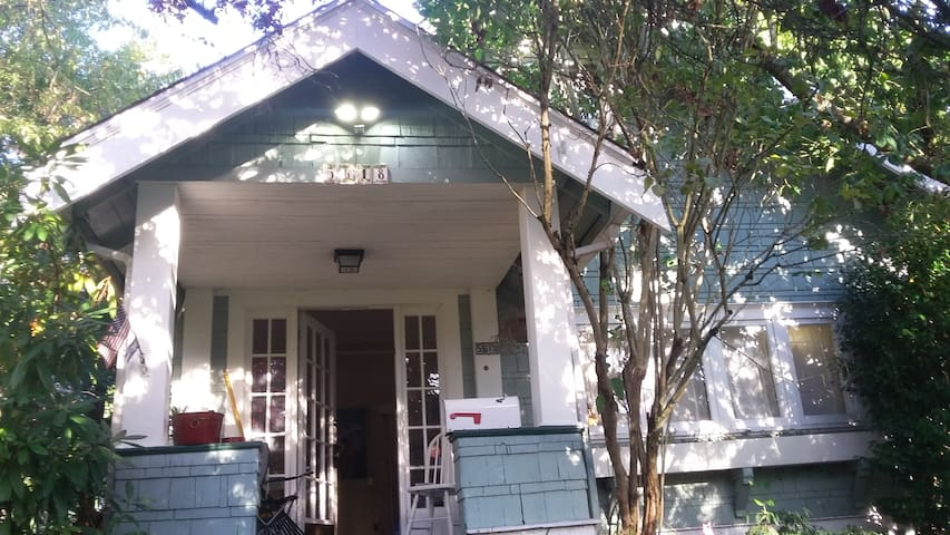 Cute house near UW and downtown with 3BR and 2BA - Seattle - House