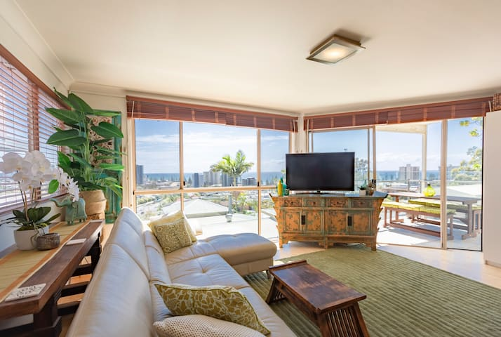 Hilltop with Ocean Views at Burleigh-Free WIFI