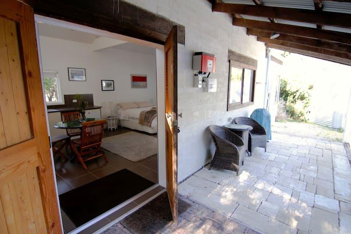 Tawarri Studio - bushland retreat
