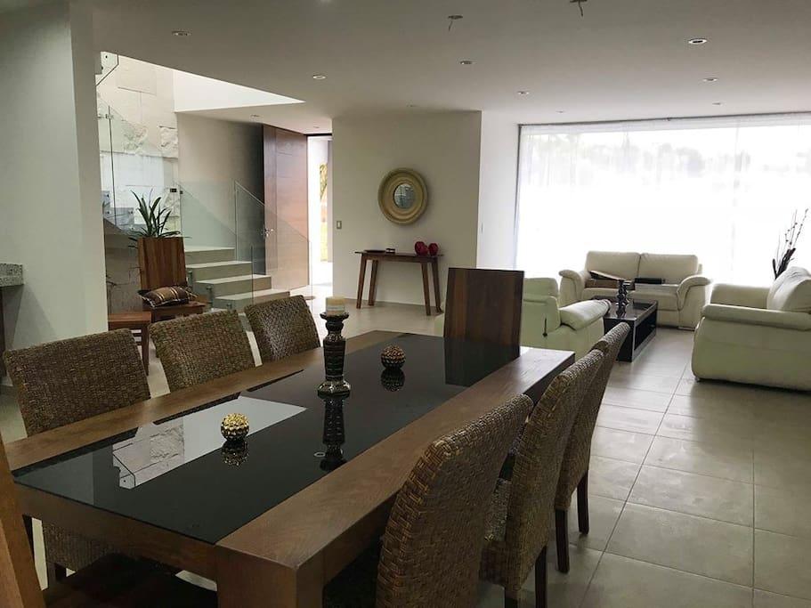 Espaciosa área de sala y comedor