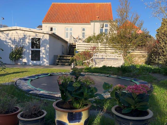 Stort hus med lækker have i skønne Svaneke