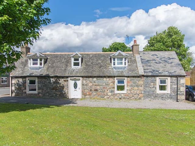 NIA ROO, family friendly, with open fire in Tomintoul, Ref 30297