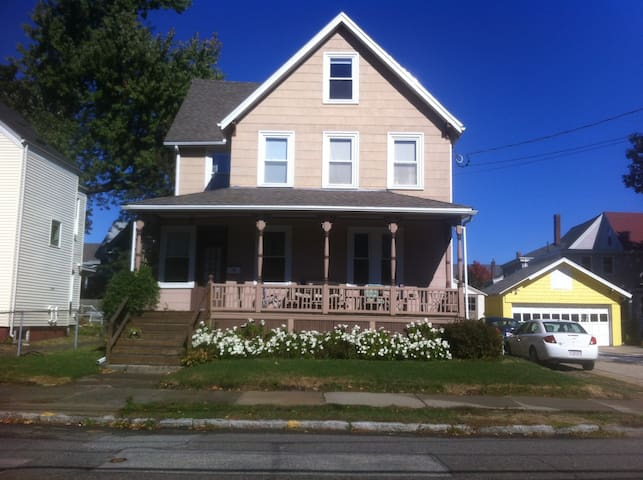Lovely Victorian House with Fenced-in Backyard - Medford - House