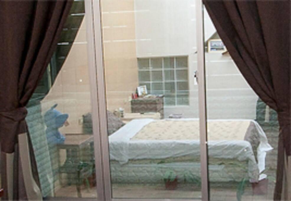 房內陽台落地窗