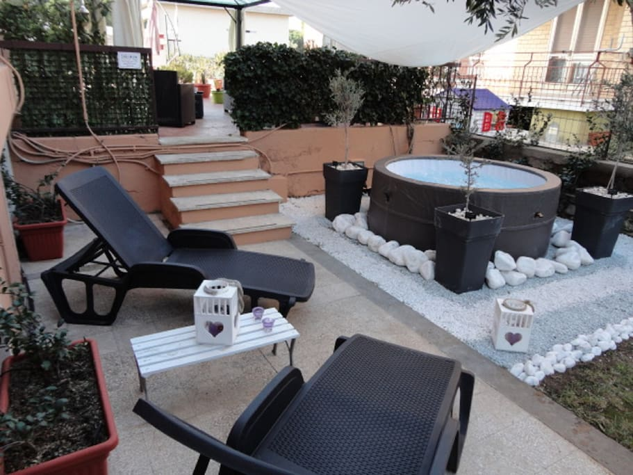 Spa benessere con idromassaggio in giardino con acqua calda.