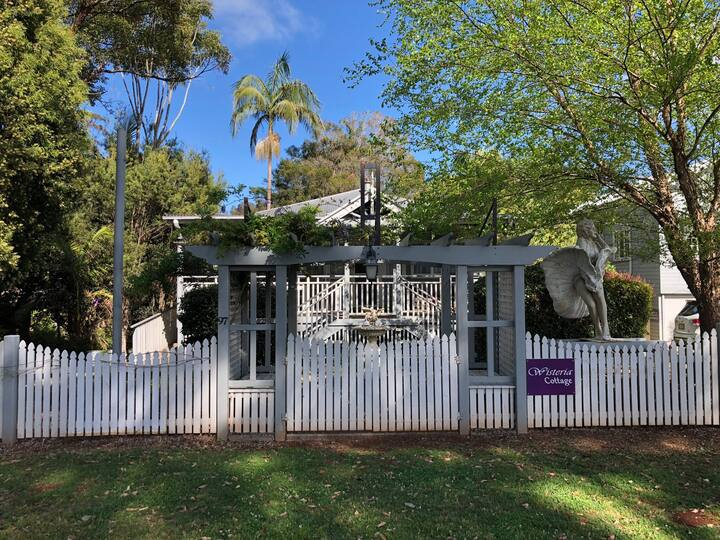 """Wisteria Cottage"" pet friendly-central location"