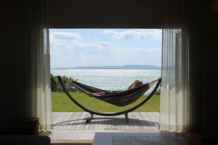 海とともに暮らす。ビーチまで裸足で5秒 一棟貸し切りで 自由な滞在を
