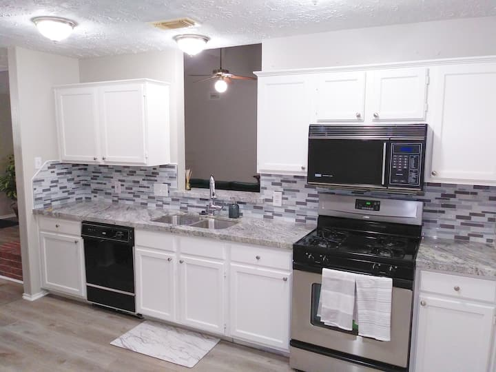 ♥Great location!♦Fireplace♦Full Kitchen♦Office✪3Br