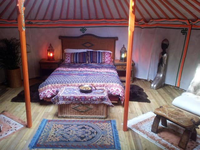An Exotic Yurt with Hot Tub in a Tranquil Location - Saint-Junien-la-Brégère - Tenda