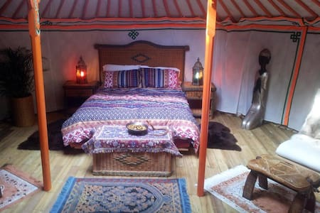 An Exotic Yurt with Hot Tub in a Tranquil Setting - Saint-Junien-la-Brégère