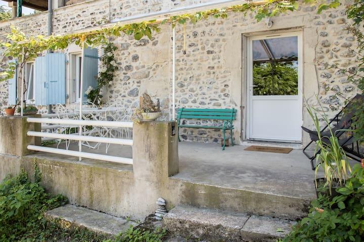L'entrée de l'appartement et la terrasse.