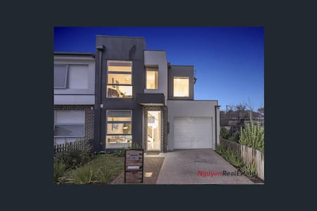 One/Two Bedrooms -Modern Townhouse - Maidstone - Casa